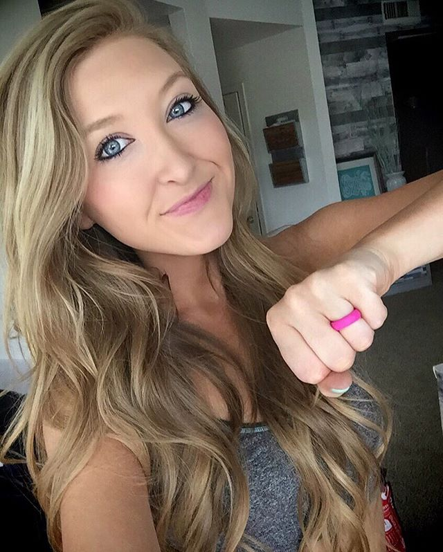 Valentine gift idea for engaged and married ladies (and gents!) 💘 These @qalo rings are perfect for when you're working out 🏋🏼‍♀️ swimming 🌊 or doing anything outdoorsy or dirty 😝and you don't want to wear your sparkly wedding ring! 💍 Check em out - they come in every color of the rainbow! 🍭 I have a pink one, and Spencer has two - both shades of blue! 💙💗👊🏼 #notanad