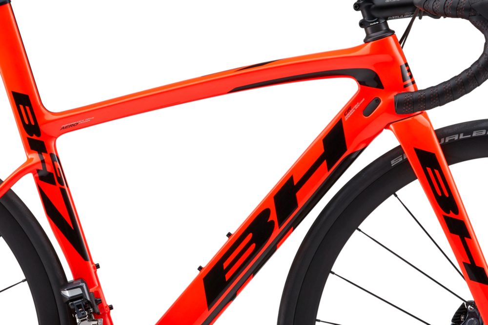 Flat Mount Disc brakes combined with internal cable routing blends function and style