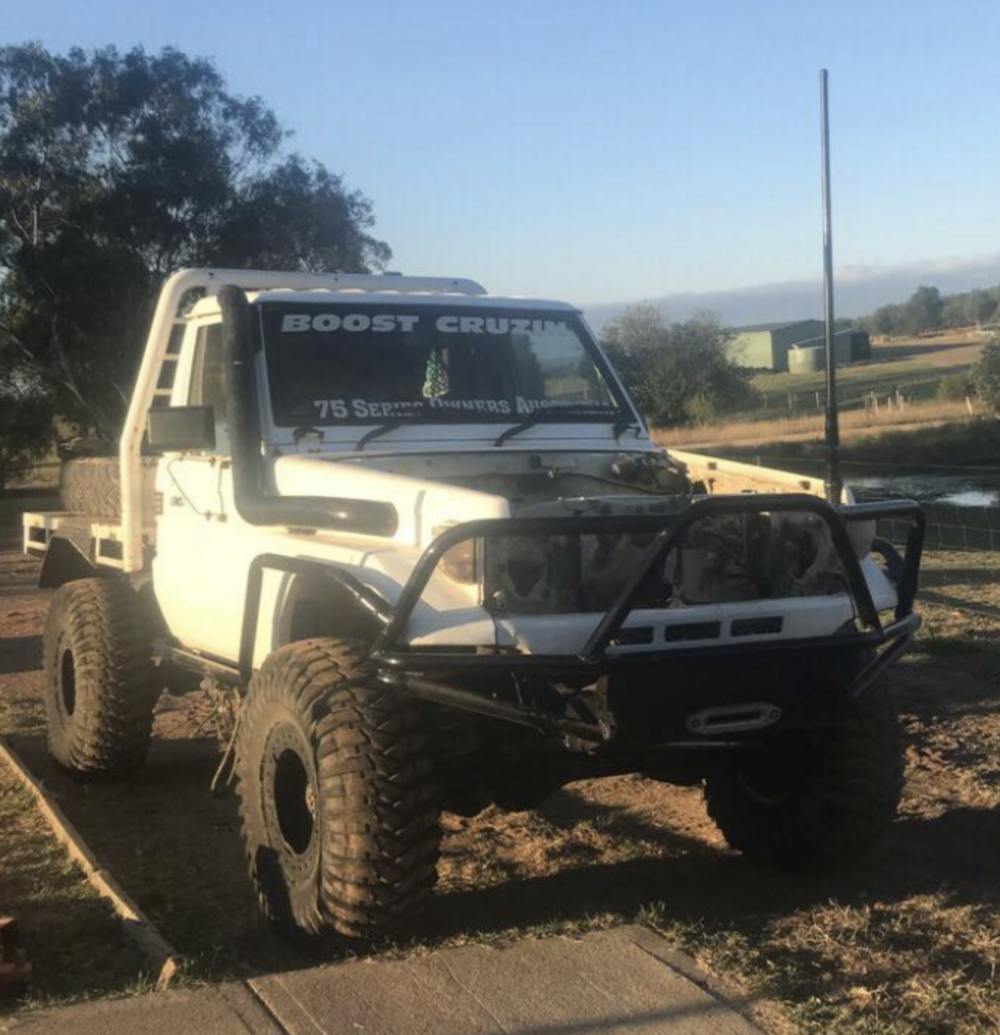 JIMMY@GUNDAROO   91 model  75 series on a 80 chassis  37s treps on locker rims  1hz turbo with a 12 mm  pump 30%hi -flow  injections ct26 high flow  turbo on 35 psi  Will be on 6 inch coils  4 inch s(?) 4 inch exhaust and heaps more   TEXT: B JIMMY