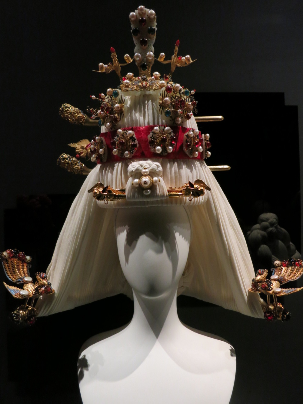 'Korea Now' exhibition at the Musee des Arts Decoratifs. Closes on the 3rd January 2016. Contemporary 'parure finery'