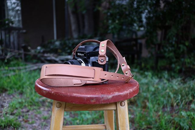 Feelin' pretty happy with this variation of our camera strap we whipped up for a friend. 🙌🏻 (Thanks, @thegoldenmeanla! 💕). Hope you're all out getting some great shots this weekend! - - #deakinhandmade #maker #madeinla #madeinlosangeles #camerastrap #canon #nikon #sony #picoftheday #leathergoods #makeportraits #shootfilm #fujifilm #leica #hermannoak #vegtan
