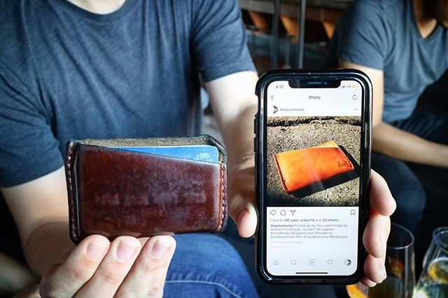 YOU GUYS! The cardholder on the left and the cardholder in the photo on the right are THE SAME WALLET!  I love natural veg tan so much. With a few years and a lot of love it truly becomes your own. Thanks for sharing, @thepaulmunoz! 😍 - - #deakinhandmade #menswear #menstyle #leathergoods #picoftheday #madeinlosangeles #handmadeinlosangeles #edc #everydaycarry #leathergoods