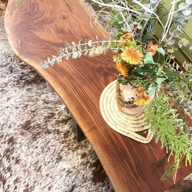 This live edge black walnut coffee table is sittin pretty @goldandrust waiting for someone to take it to a new home. ***swipe right to see it from another angle ** I also offer free local delivery. ........message me with questions ..... 🌼flowers by @flowerandforage