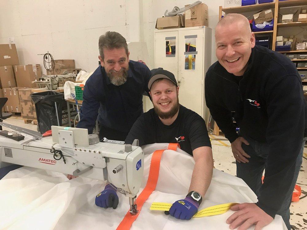 Det er i god stemning hos NWP for tiden. Fra venstre: Daglig leder og medeier Arne Dalland, produksjonsmedarbeider Eirik Vikebø og prosjektleder og medeier Arild Folkedal.