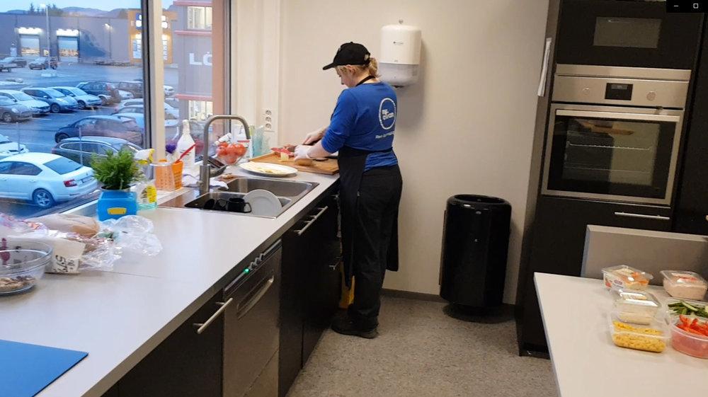 Karolina fra Mr. Clean er godt i gang med å forberede dagens lunsj for de sultne Cramo-ansatte.  Foto: Geir Dahle.