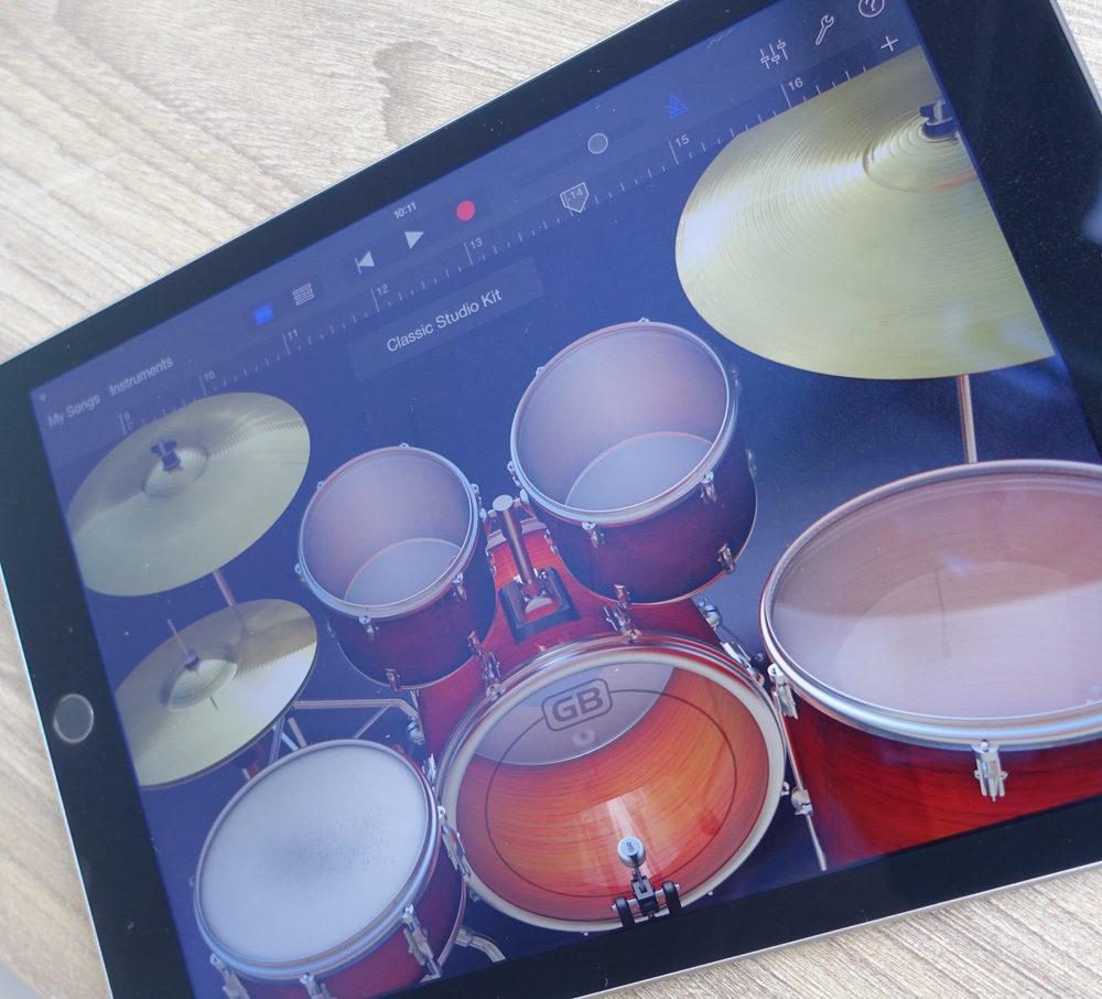 Onze jongeren leren muziek maken op de iPad.