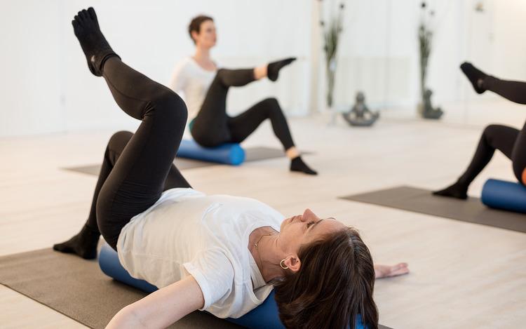 Pilates - Pilates ist der Klassiker unter den bewegungsorientierten Ganzkörpertrainings und hervorragend geeignet, deinen Rücken und Gelenke vor Beschwerden zu schützen, dich fit zu halten oder bestehende Probleme zu lindern.MEHR ERFAHREN ➝