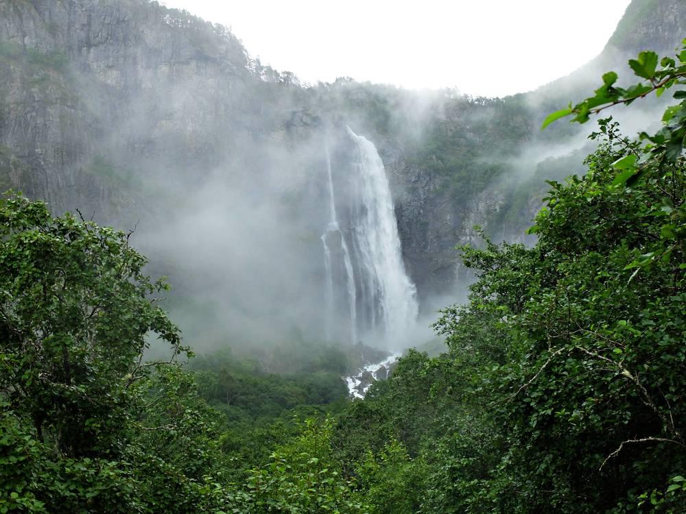 På vår vilodag så blev det en tur till närmaste fjord, vi letade upp ett ganska massivt vattenfall. Ett jäkla tryck på vattnet märkte vi ju närmare vi kom fallet. Rena duschen om man stod en 50 meter nära.