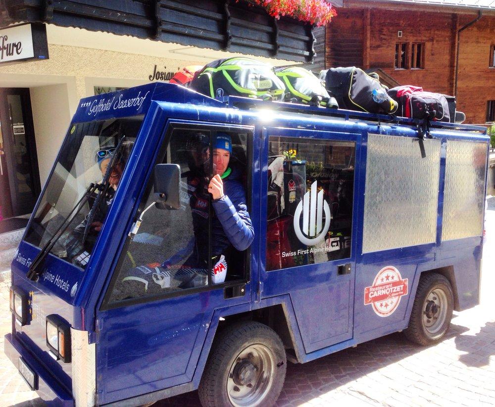 Köll har fixat så vi får ta hotellets elbil till backen varje dag :)