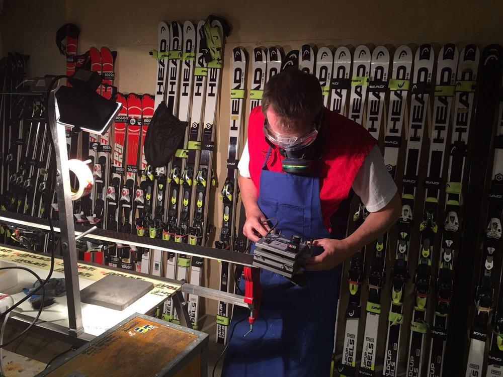 Håkster jobbar på i vallaboden och ser till att alla har perfekta skidor varje dag