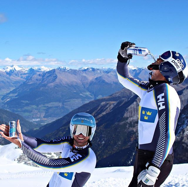 I'm trying to keep hydrated on the glacier and @zaackmonsen is just casually showing what the best thing is to have with you on the hill after your ski equipment 😋🎿😁