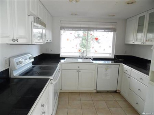 10935 kitchen.jpeg