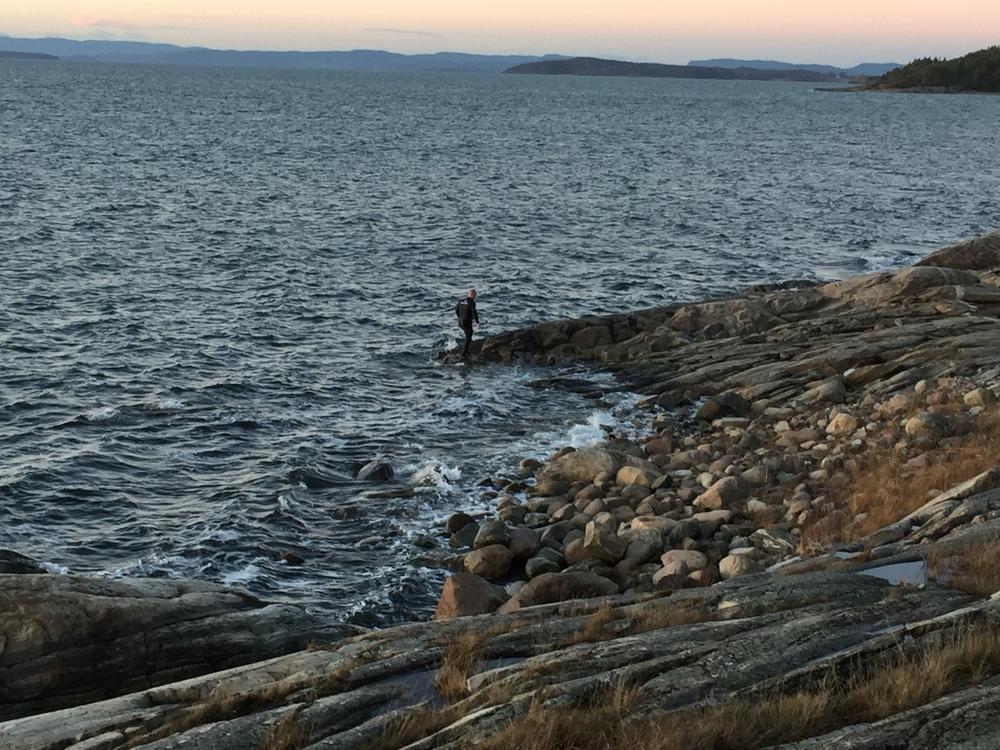 Gale mannen kastet seg rett og slett på sjøen for å teste den nye dressen sin!
