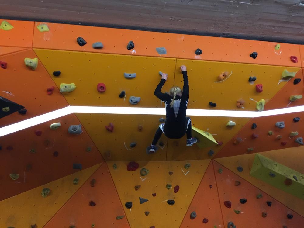 Det ER kult å bli grusa av en 10 åring i klatreveggen!