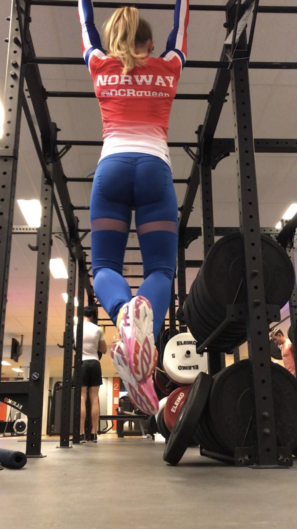 sexy lange jenter trening fitness ball