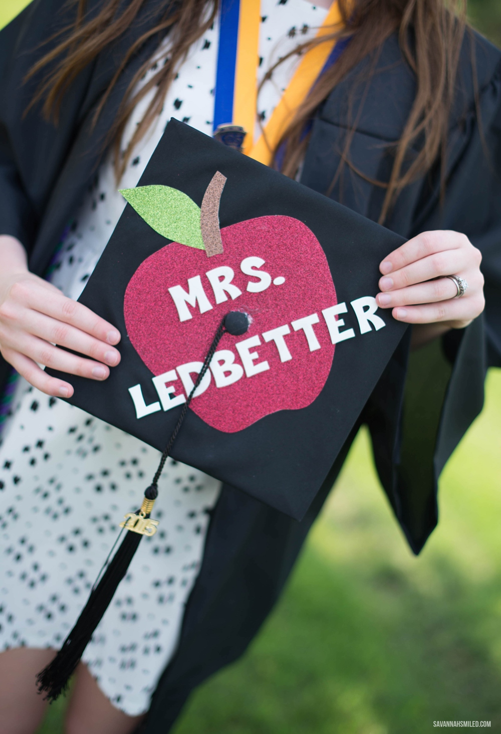 teacher-apple-graduation-cap.jpg