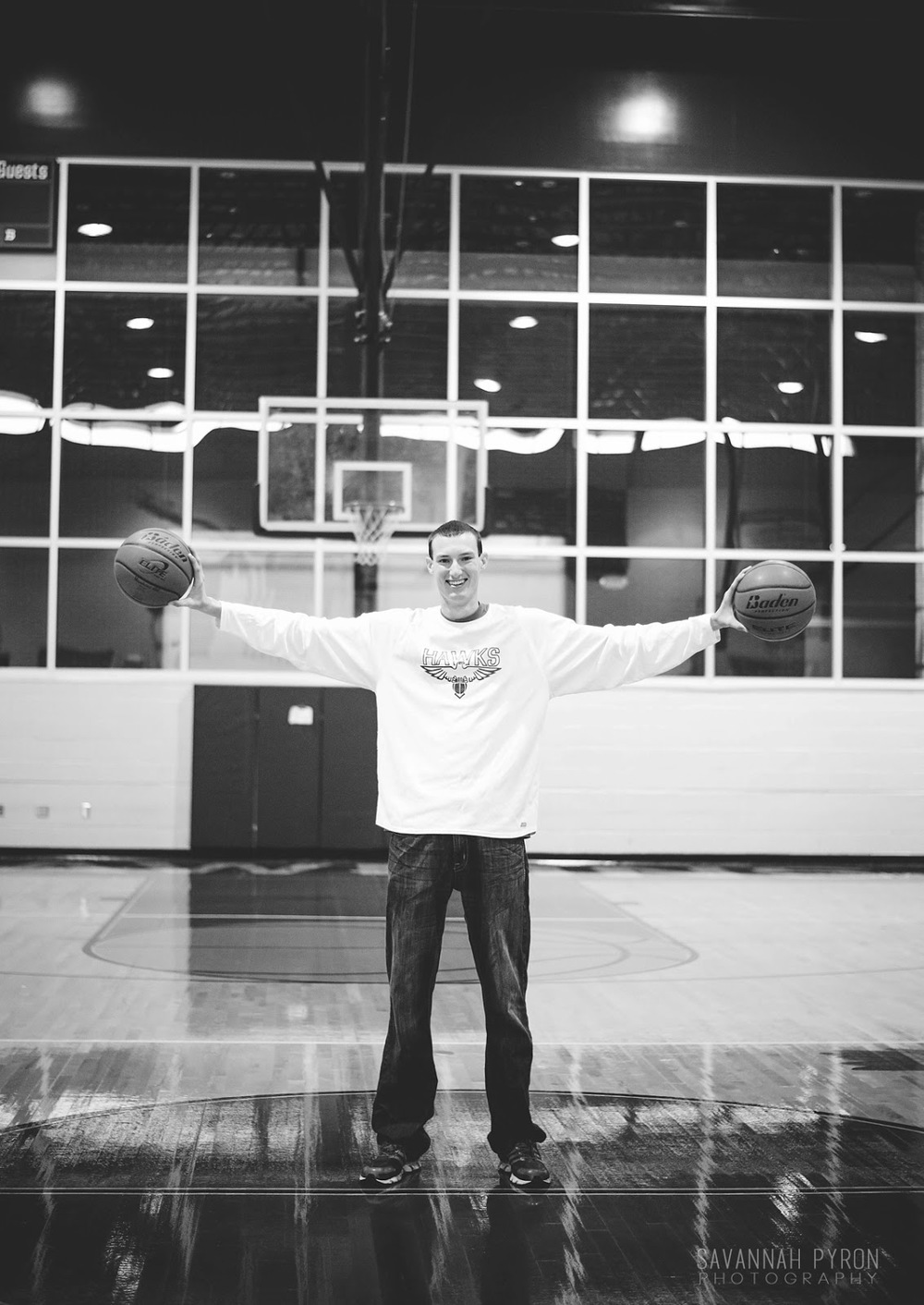 basketball-player-senior-portraits-gym.jpg