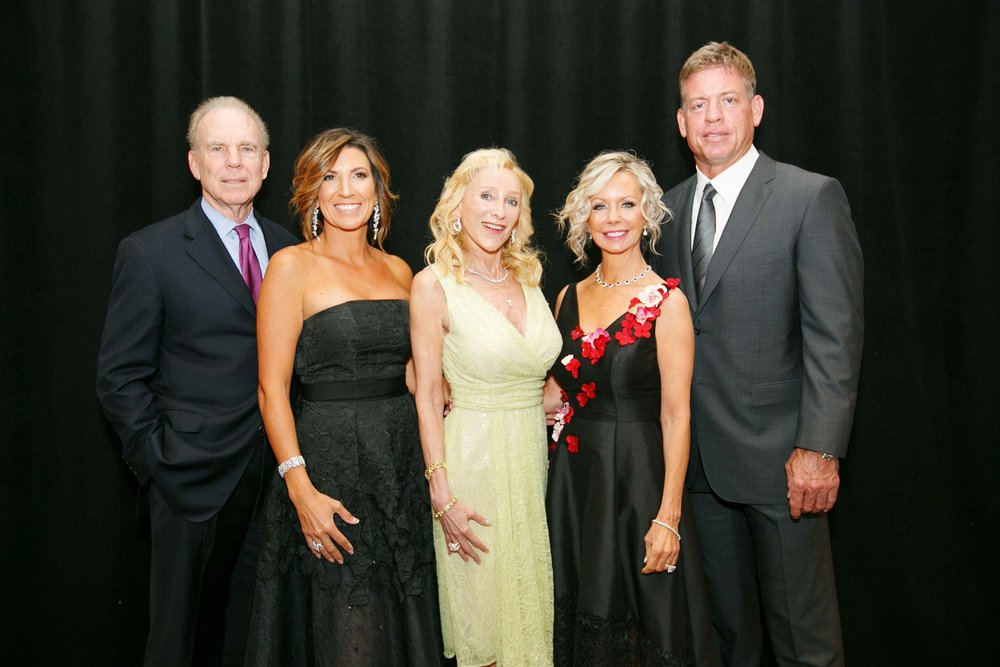 R. Staubach, Giora Barker, top donor Anne Davidson, Lisa Cooley, T. Aikman by Hiram Trillo.jpg