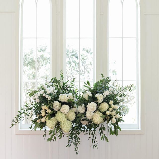 Wednesday's | White on white, NZ Waiheke Island vibes // Florals @blush_flowers / Photography @studioweir / Venue @manowarwine / Styling + planning @nowadaysgroup