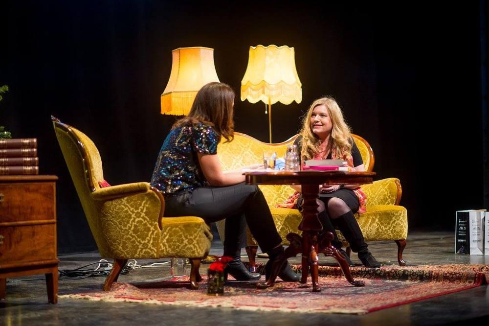 Carina Nunstedt och jag på scen (bild lånad från Books & Dreams på Facebook)