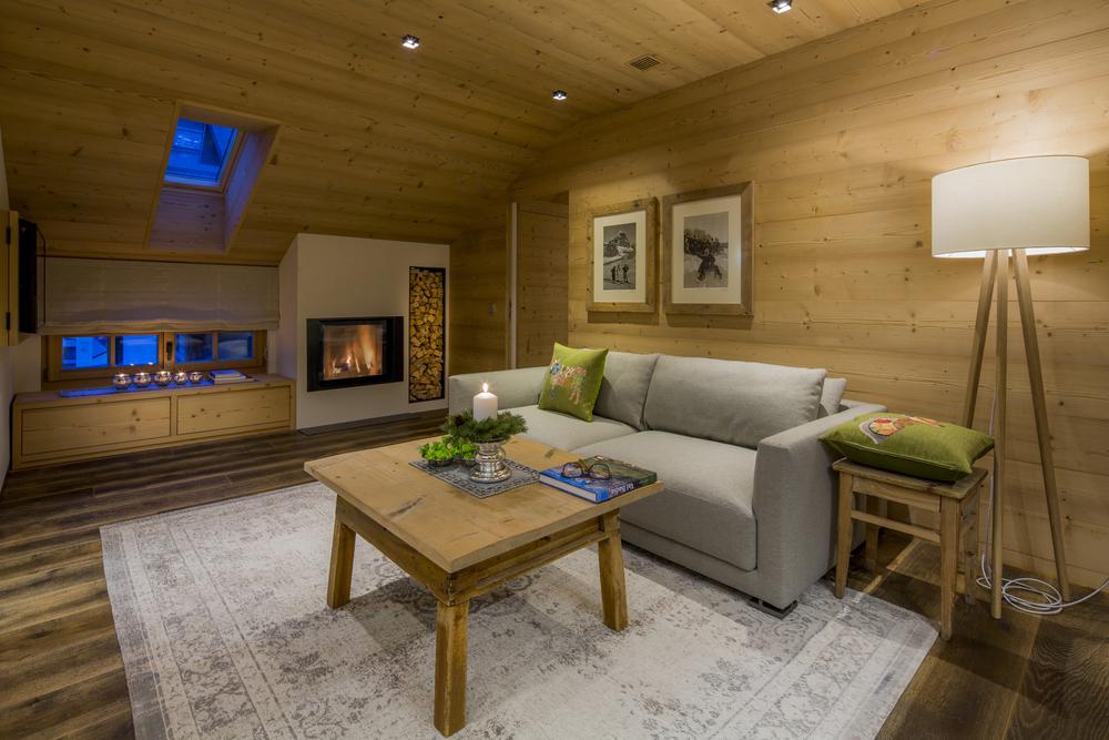 Wohnzimmer mit Kamin im Apartment Ciampac