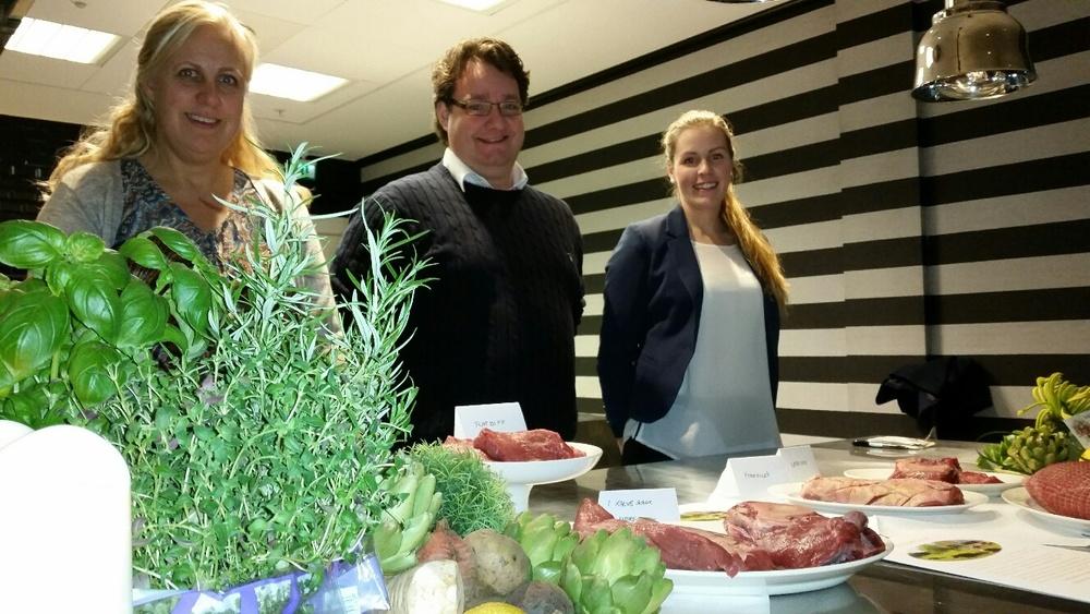 Produsentnettverket Guldkolla viser stolt frem Østfolds nye spesialitet storfekjøtt av Østlandsk Rødkolle. Fra høyre Ann - Mari B. Sand, Paul Steinar Christiansen Kokkim og Gunhild Dangstorp.