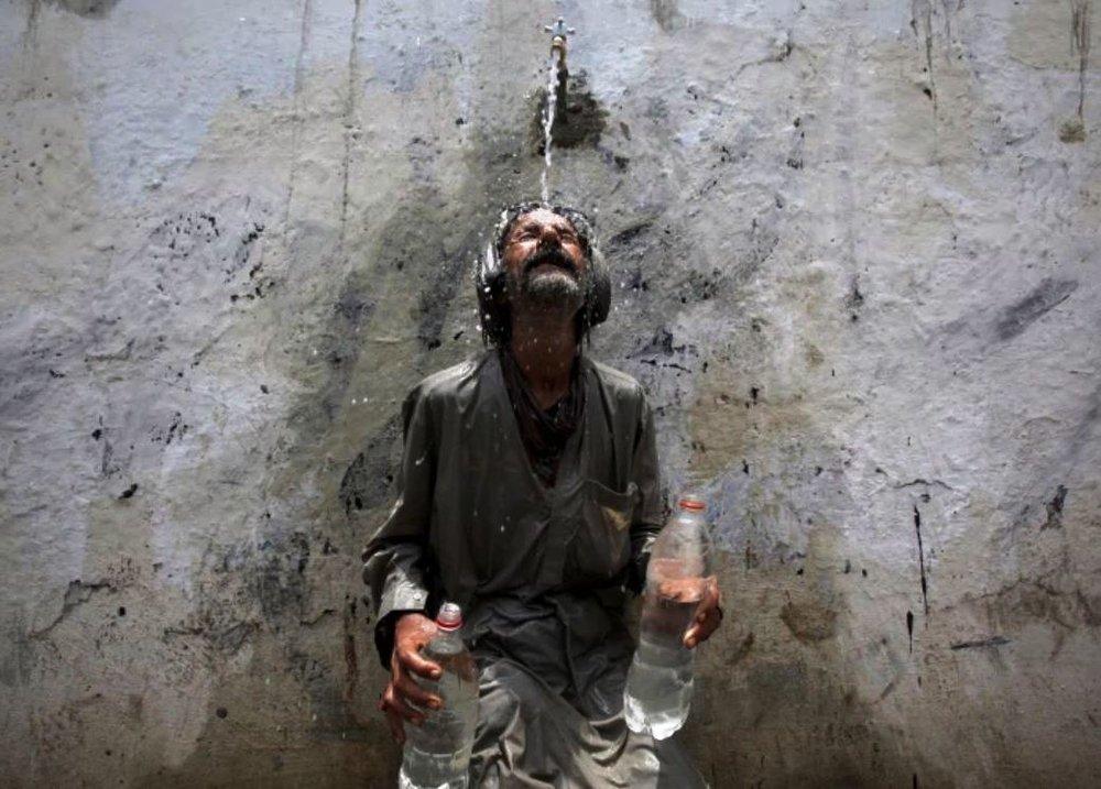 Man cooling off - Akhtar Soomro, Reuters.jpg