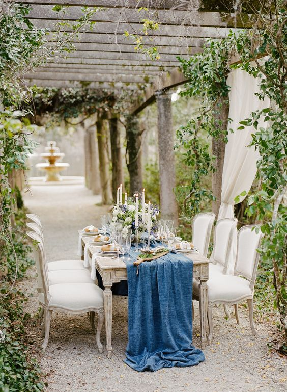 21-blue-velvet-table-runner-for-a-refined-wedding-table-setting.jpg