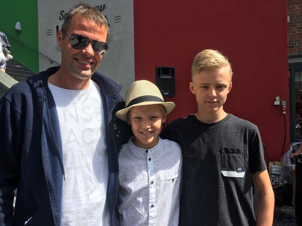 Fra venstre: Fredrik Brodtkorb festivalsjef Hvalstrandfestivalen, Noah Korslund og Filip Røsting