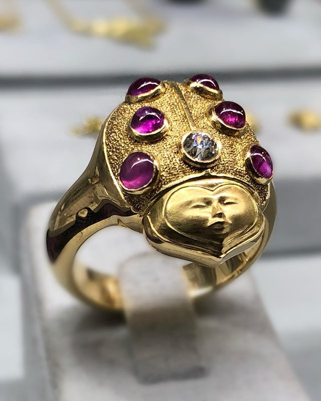 Hiding in our cases are creatures of all kinds, but mostly the precious type 🐞💎 . . . #luxurywithaface #ladybug #cabochon #showmeyourrings #faces #sculpture