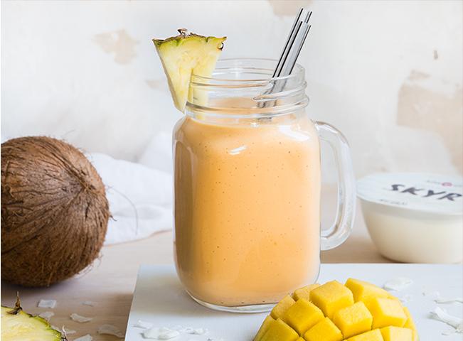 Batido Tropical   • 1 iogurte Adagio Skyr Natural • 1 manga • 3 rodelas de abacaxi • 50ml de água de coco