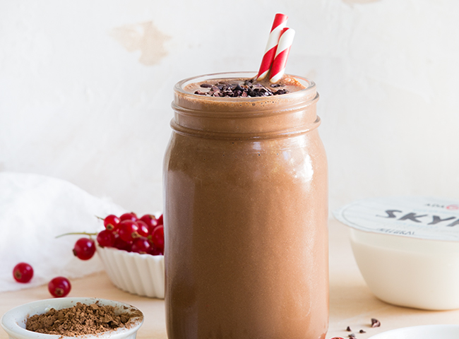 Batido de Chocolate   • 1 Iogurte Adagio Skyr Natural • 1 banana • 50g de chocolate ou cacau em pó • 1 colher de chá de manteiga de amendoim