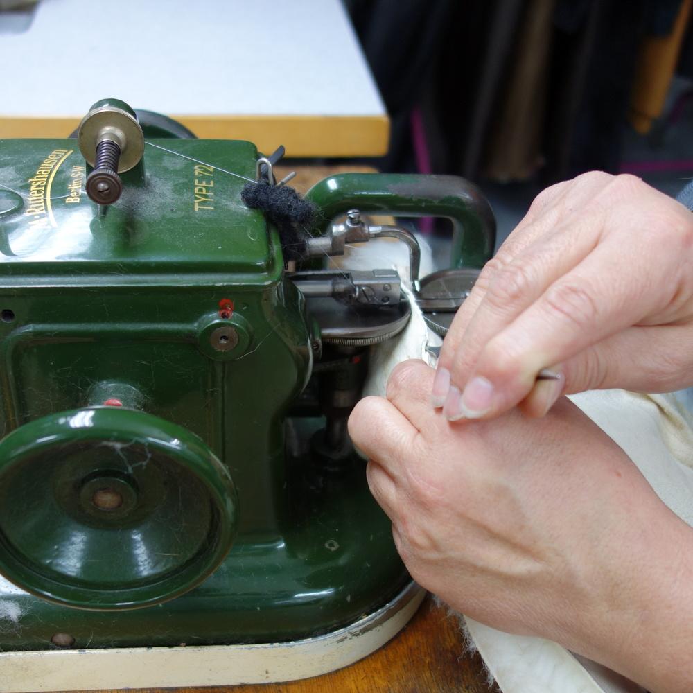 Das Geheimnis der Pelznähmaschine:Sie kann Nähte anbringen, die außen unsichtbar bleiben - perfekt für spätere Anpassungen.