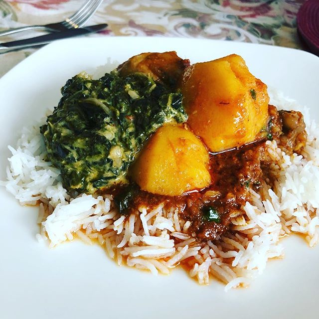 If I had to pick a last meal, it would be this: my mom's chicken curry with potatoes and coconut spinach #comfortfood #sundaylunch #thanksmom #foodieto #torontofoodie #halalfoodie