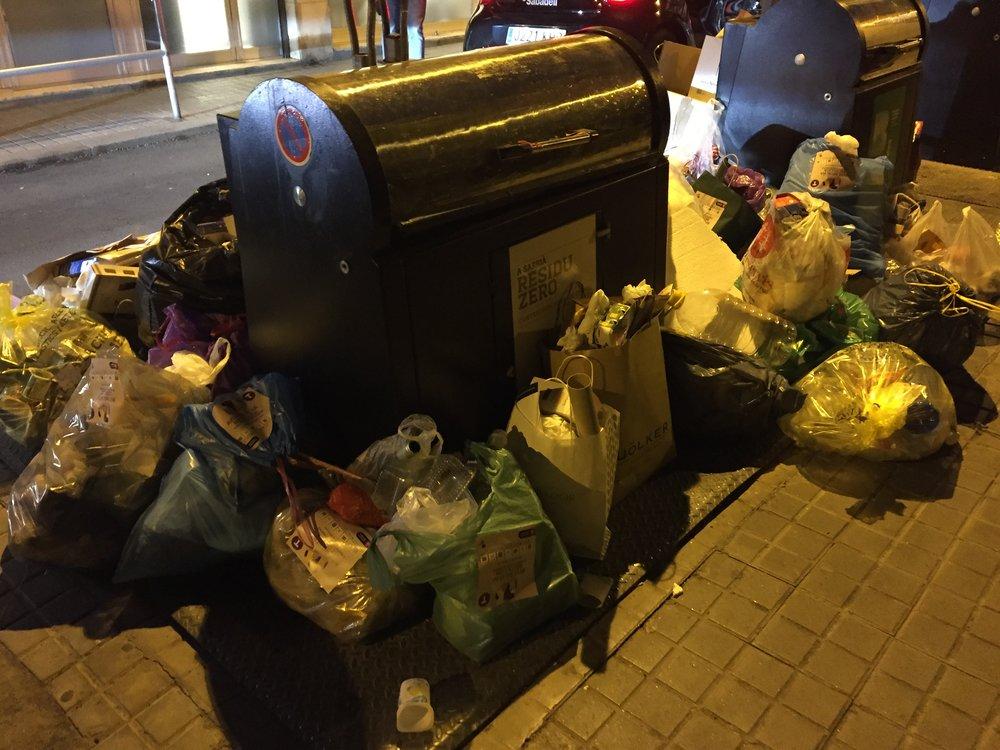 Rubbish overflows in Sarria