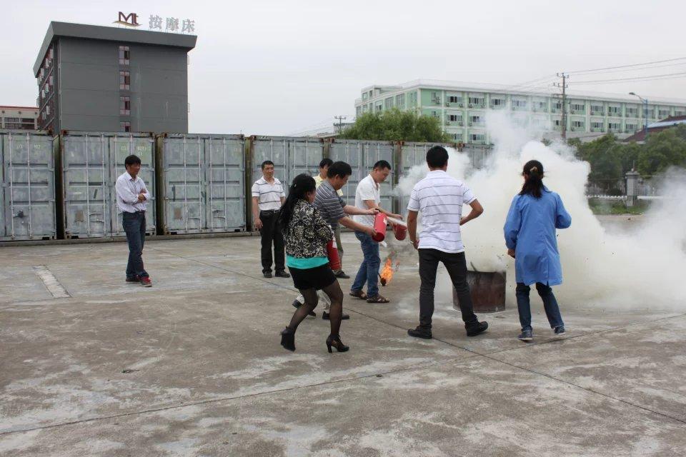 员工学习如何使用消防用具
