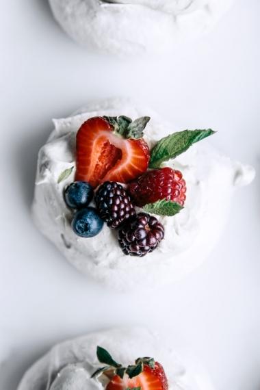 07-meringues-with-vanilla-mascarpone-cream-passionfruit-curd-berries-and-fresh-mint-close.jpg
