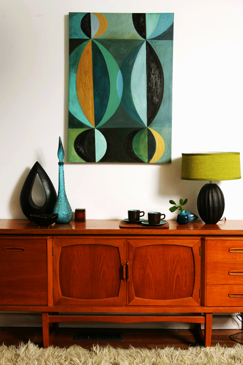 Midcentury-modern-art-details-and-gorgeous-wood-cabinet.jpg
