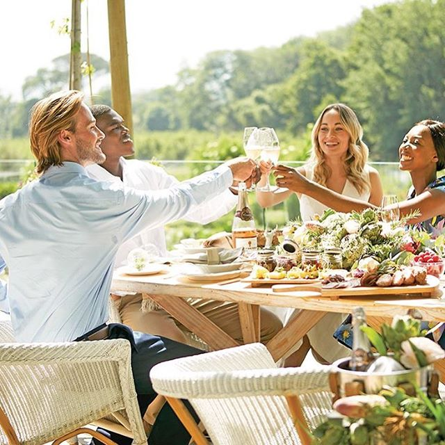 Cheers to 2018! 🥂 Flip your latest issue of Good Taste open for our summer dining tips and tricks, inspired by @boschendalstyle ✨