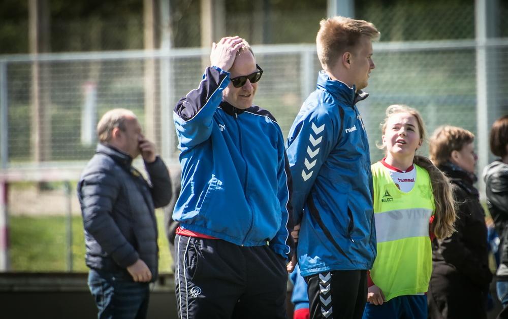 Alle kampene spilles innendørs, og denne karen slipper å bli solbrent i pappen på Lillehammer..