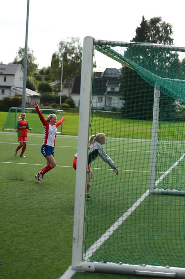 Hanne feirer scoring! Foto: Dines Haslund