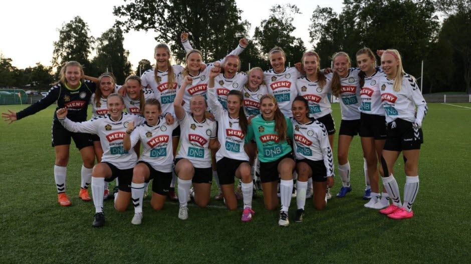 Våre gjester fra Eik Tønsberg etter seieren mot Hønefoss. Foto: Eirik Lyngroth/fotball.no