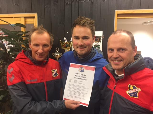Styreleder Kaare Falkenberg, daglig leder Kjetil Rist og sportslig leder Rolf-Magne Walstad med Lyn Fotballs nye verdidokument.