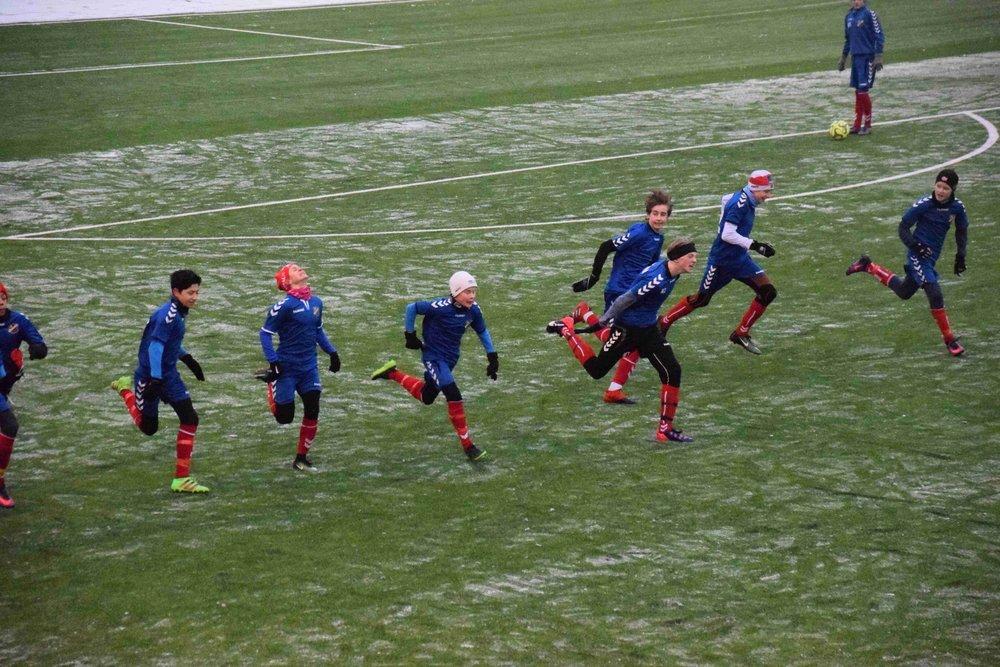 Gutta varmer opp med noen sprinter før kampstart.