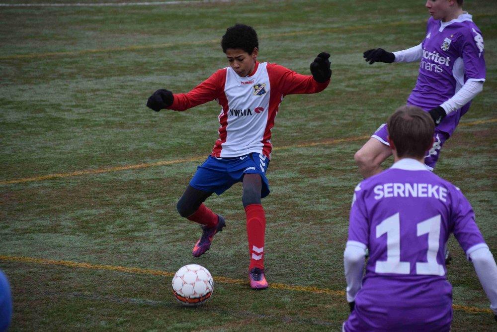 Brigham har utviklet seg mye siden han kom til Lyn fra Fornebu for litt over et år siden. Nå er han et av de første navnene på startoppstillingen, og i helgen tok han sjefsansvar i bakre ledd og spilte en meget god kamp borte mot Lisleby. Bildet: Brigham tok seg greit av angrepsspillerne til IFK Göteborg tidligere i vinter.