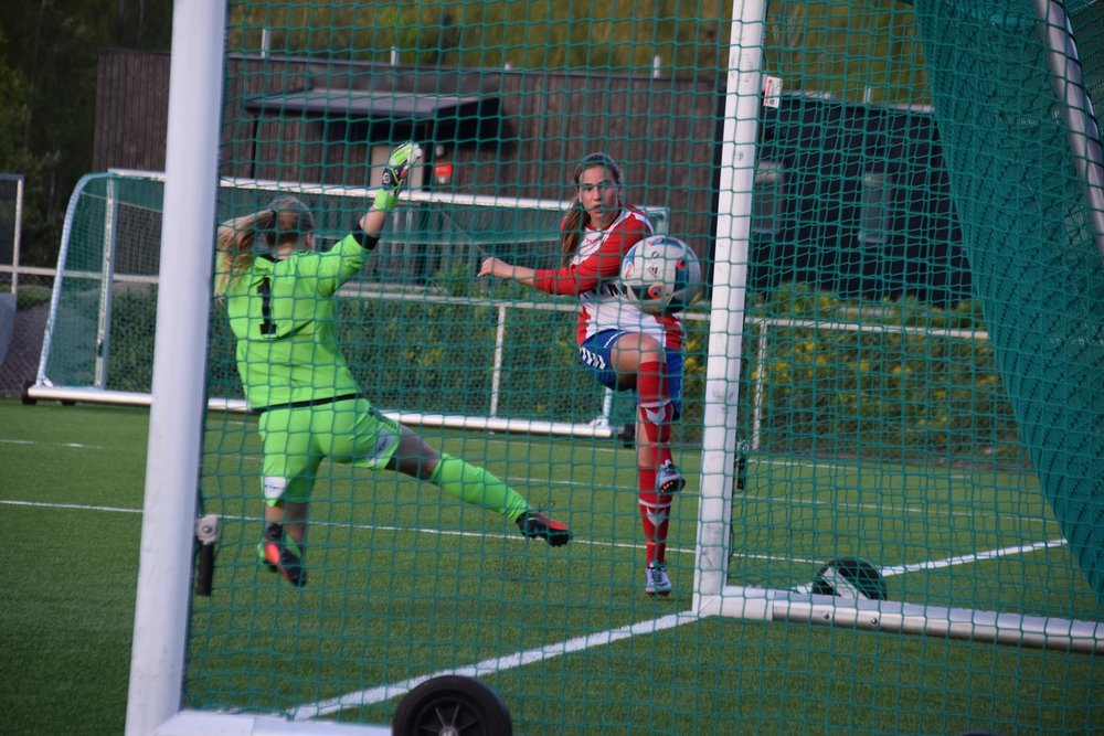 Mathia Selinger fastsetter sluttresultatet til 18-0 på en flott scoring etter retur fra keeper. Foto: Lyn Fotball