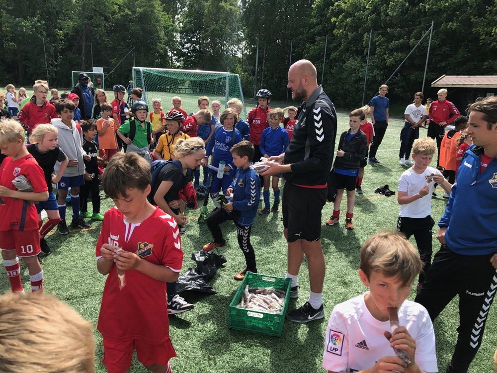 Hannes Persson - Sveriges svar på Henning Olsen - fikk æren av å avslutte hele fotballcampen med utlevering av iskrem til alle deltagerne.