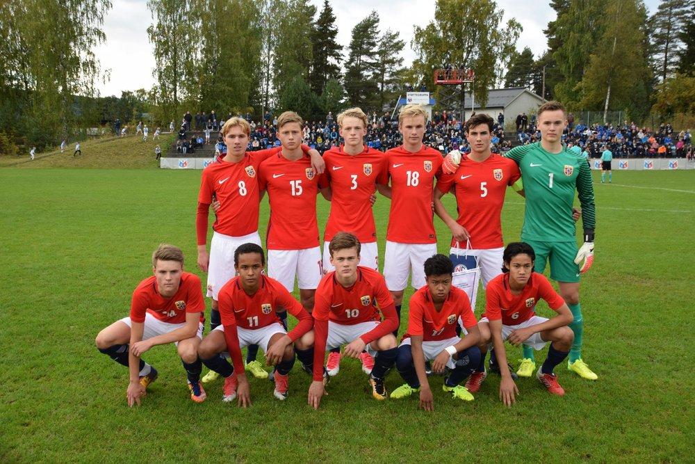 Mikkel Tveiten (draktnummer 3) med de andre spillerne på G15-landslaget mot Sverige tirsdag