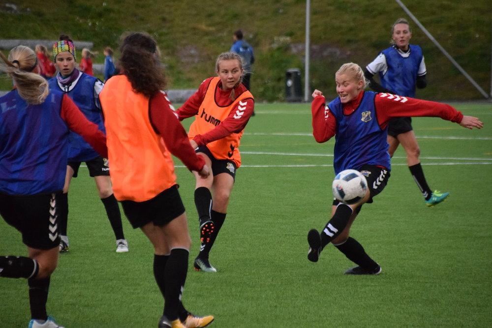 Bildet over: Jenny Røsholm Olsen tester skuddfoten. June Østensen forsøker å stoppe ballen.