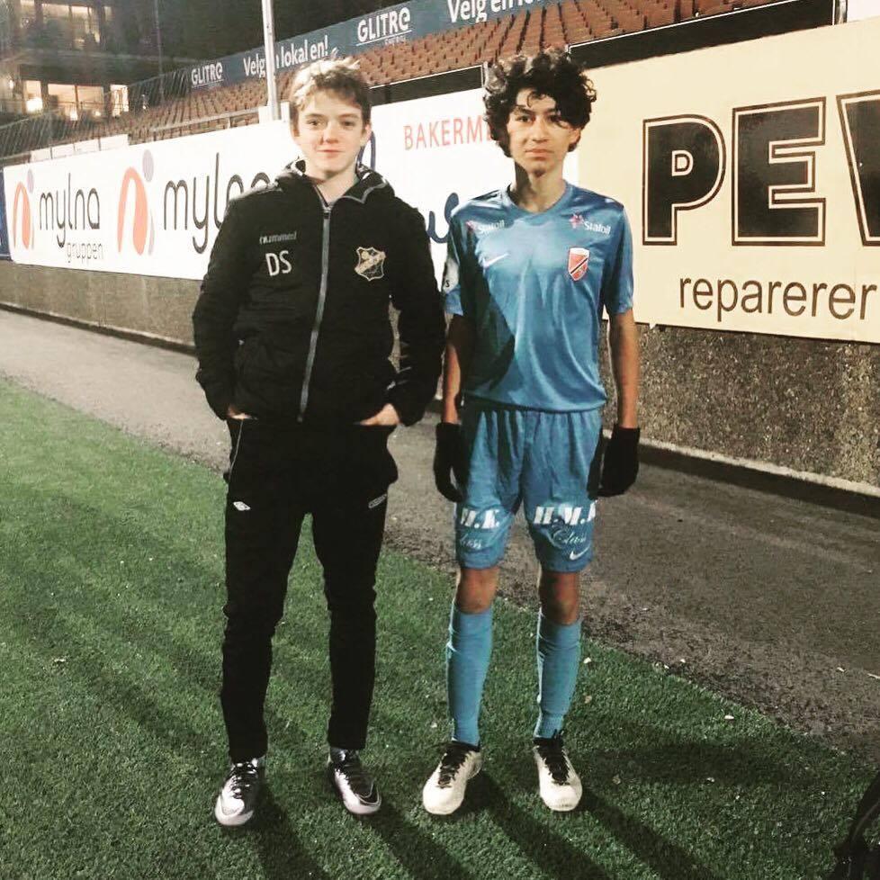 Dyktige gutter:  Daniel og Arselan etter kampen mot Buskerud Fotballkrets.  Foto:  Felix Schneider
